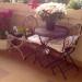 Kerti asztal két kovácsoltvas stílusú székkel